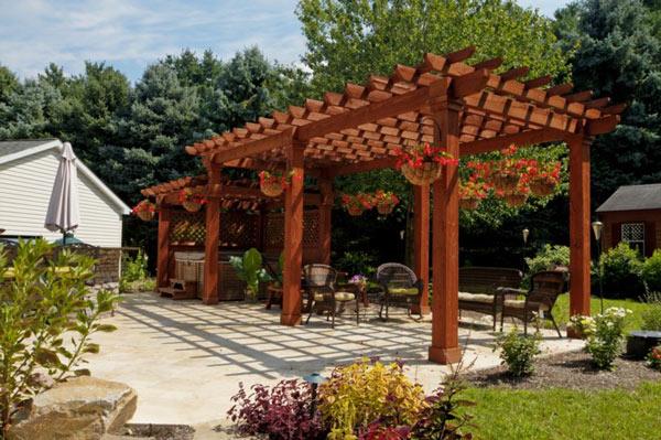 Pergolado de madeira decorado instalado no jardim.