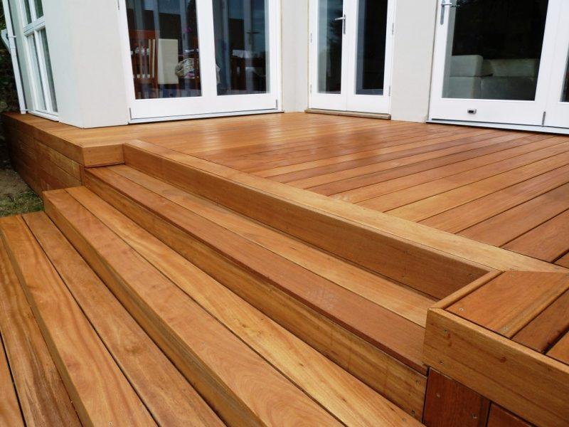 Aplicação da madeira garapeira em degraus de escada.