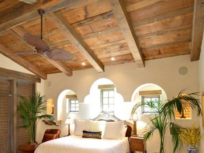 Telhado com estilo de madeira rústica combinando com o piso.