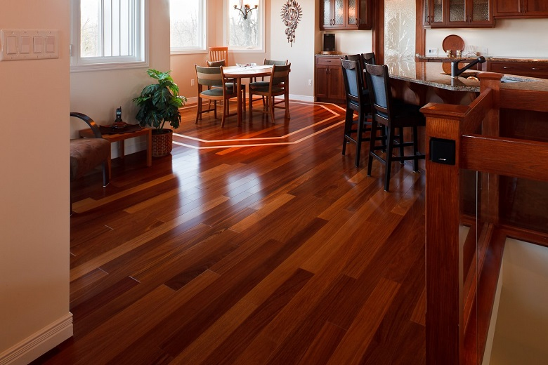 O assoalho de madeira cumaru garante um visual impressionante ao cômodo!