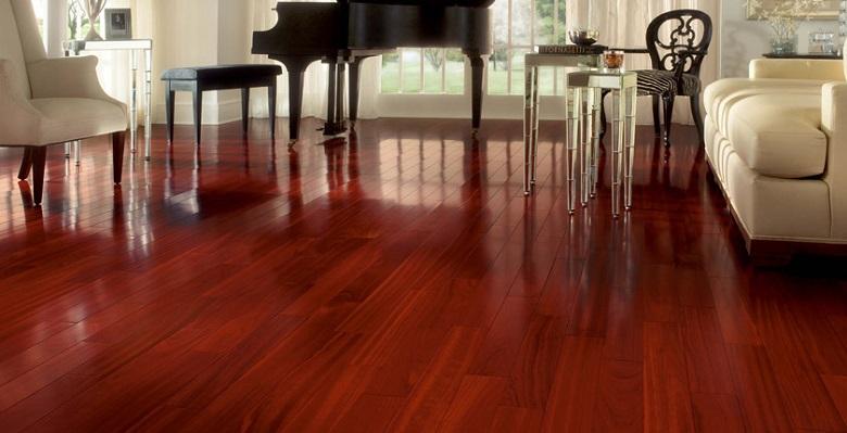 Veja piso de madeira jatobá em tom castanho-avermelhado, que confere ao ambiente um visual deslumbrante!