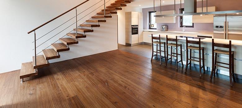 Piso de madeira combinando com os degraus da escada!