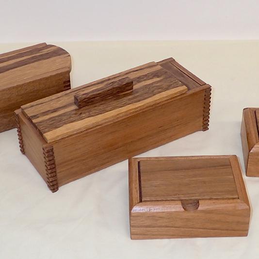 Caixas esculpidas em madeira