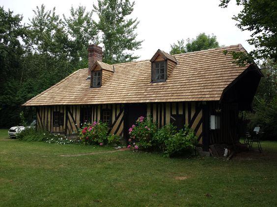 Por combinarem com ambientes campestres, a telha de madeira taubilha proporciona um charme especial a casas de campo.