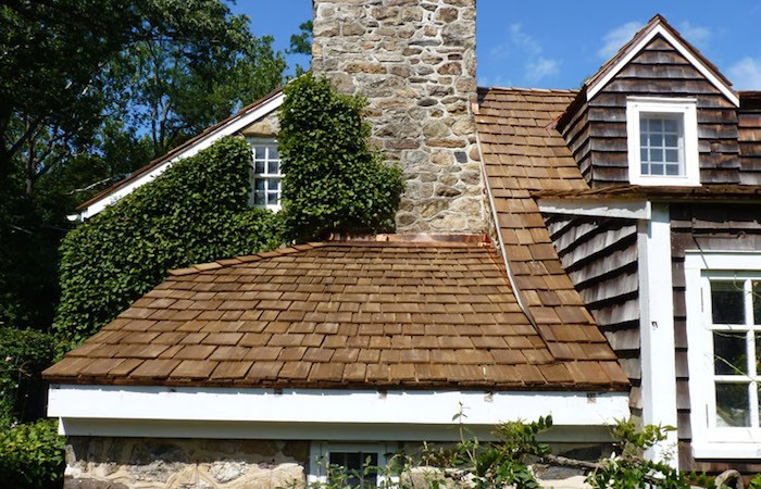 Casa que combina telha de madeira taubilha com paredes de pedra, conferindo ainda mais elegância ao imóvel.