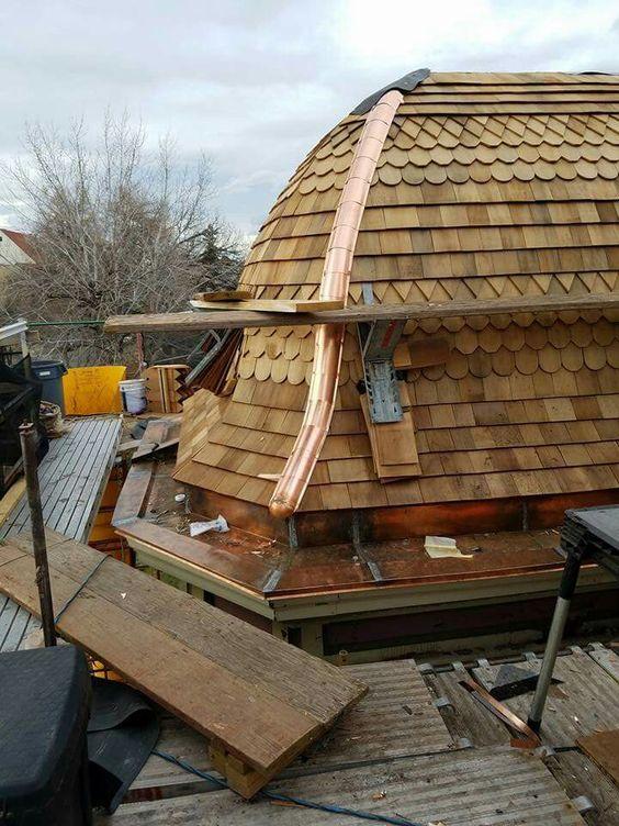 A telha de madeira taubilha proporciona telhados diferentes devido seu formato.