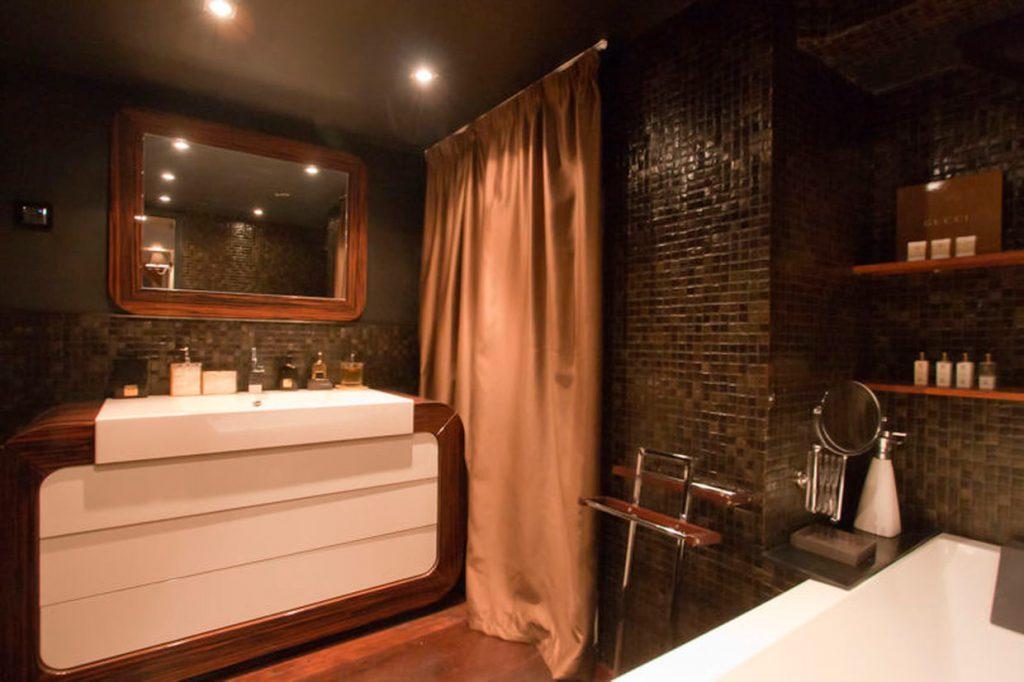 Banheiro Luxuoso com Madeira