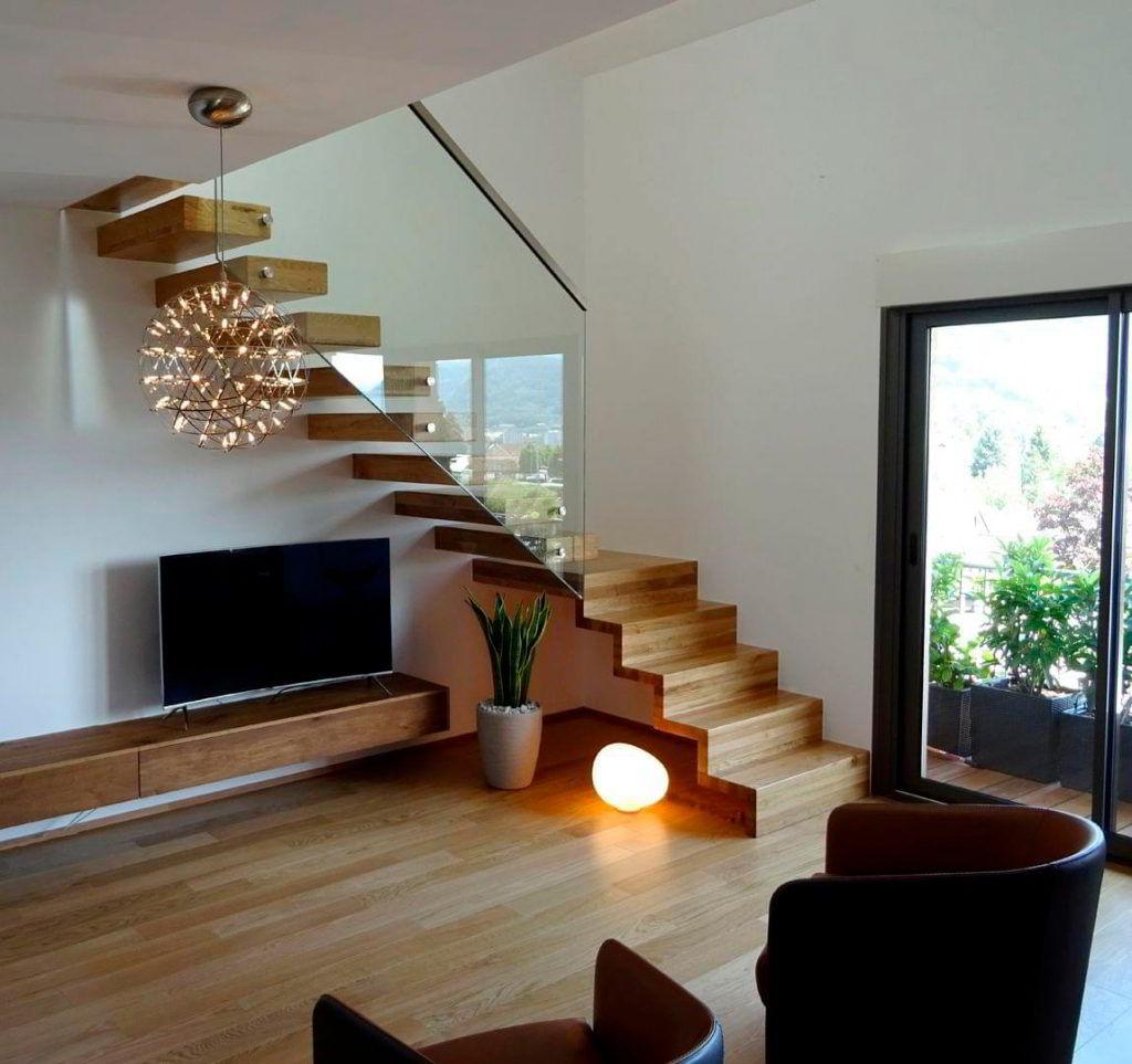 Escada de Madeira Decorada com Vidro