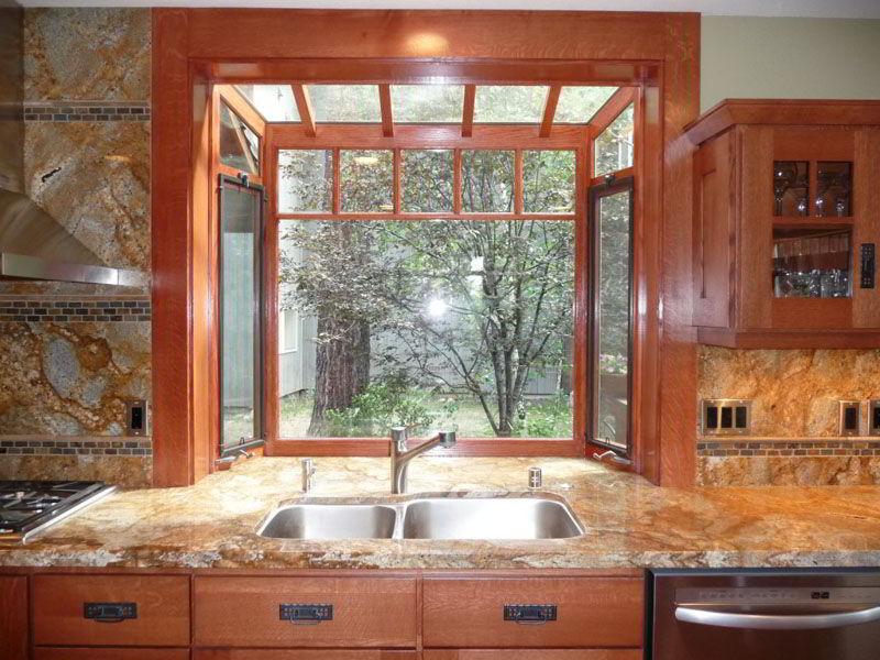 Cozinha com janela e balcão de madeira marrom.