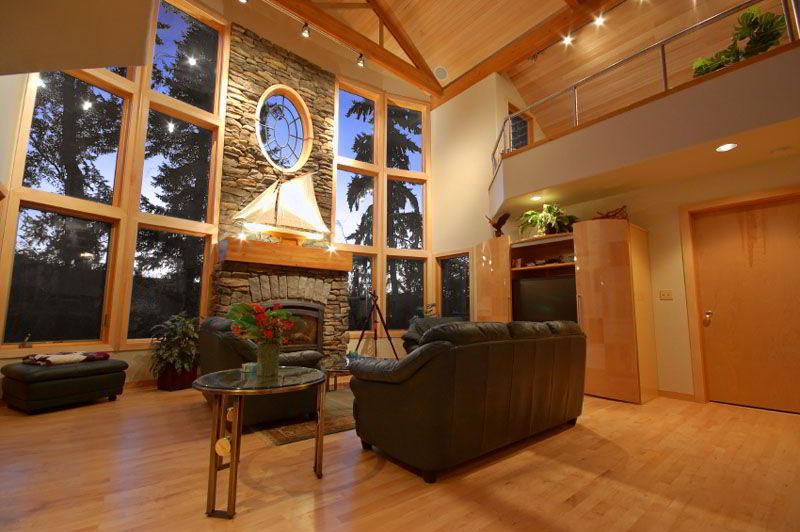 Visual impressionante de cômodo combinando a janela de madeira com o resto da decoração do ambiente!
