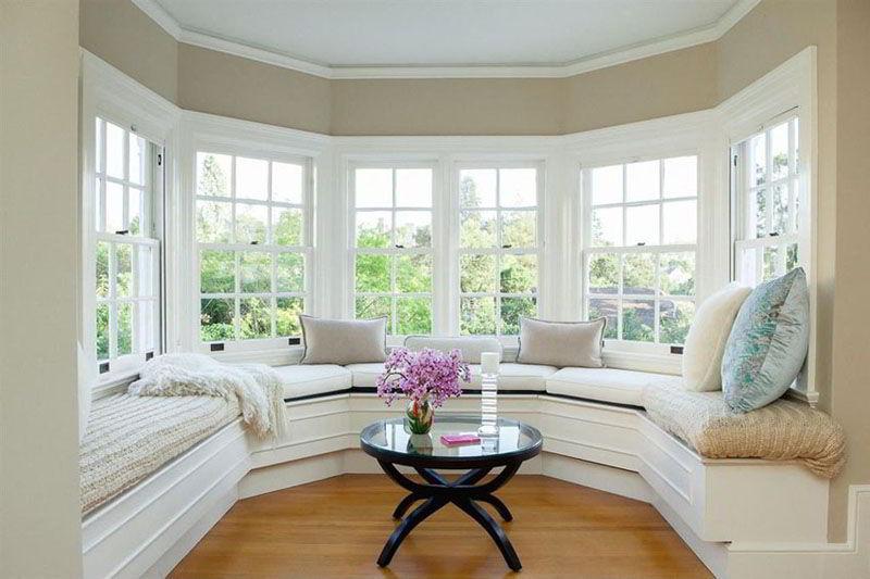 Janela de madeira bay window com assento, trazendo um visual elegante ao ambiente!