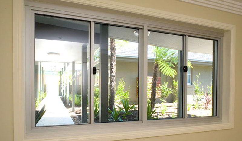 A janela de madeira de correr é uma ótima opção para salas e quartos por permitirem bastante iluminação e ventilação.