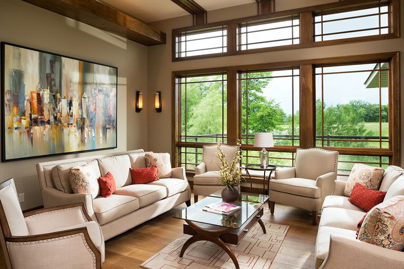 Janela de madeira ampla que garante iluminação para a sala de estar!