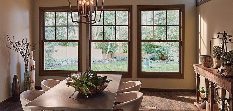 As janelas de madeira do tipo guilhotina são abertas quando puxadas para cima e por isso recebem esse nome!