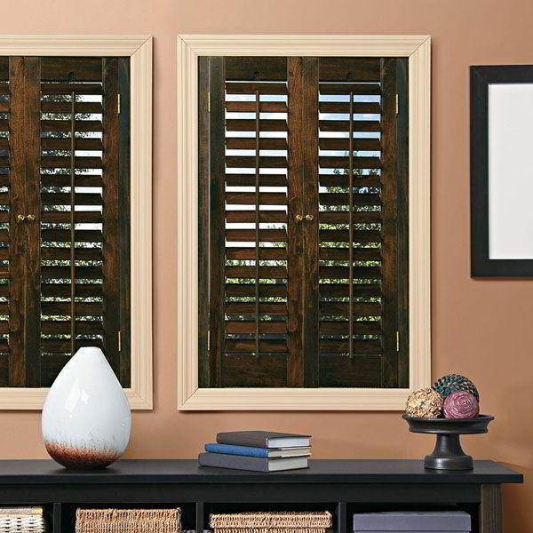 O design das janelas de madeira com venezianas pode ser feito de diferentes tipos de aberturas das paletas.