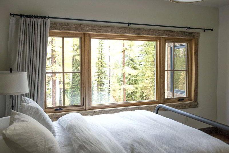 Veja janela de madeira que garante visual rústico ao quarto!