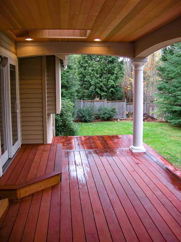 A cor avermelhada da madeira massaranduba, assim como sua alta resistência faz dela uma excelente opção para pisos de sacadas.