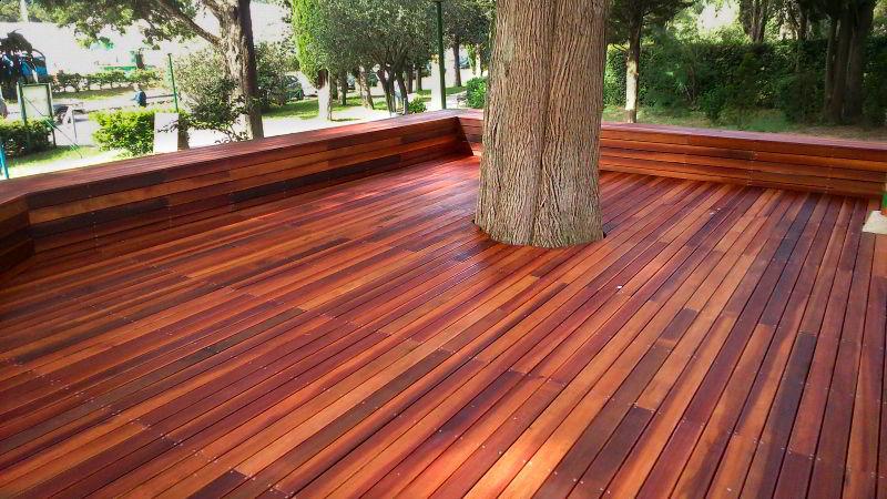 Veja lindo deck feito de madeira massaranduba, que se adapta ao ambiente. construído envolvendo uma árvore.