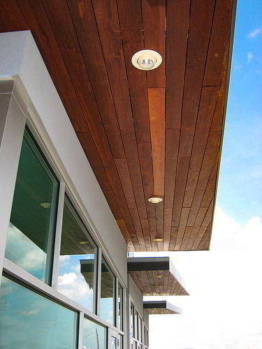 A coloração da madeira massaranduba é perfeita para dar aquele charme e sensação aconchegante aos forros externos.