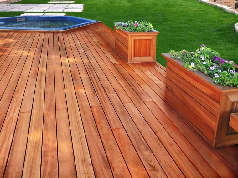 Deck de madeira cedrinho.
