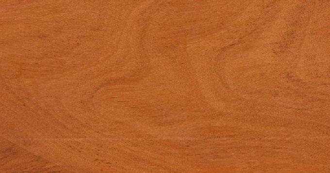A madeira cupiúba possui coloração castanho-avermelhada, é dura e resistente!