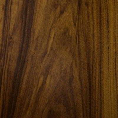 Coloração pardo-amarelada com veios escuros da madeira imbuia.