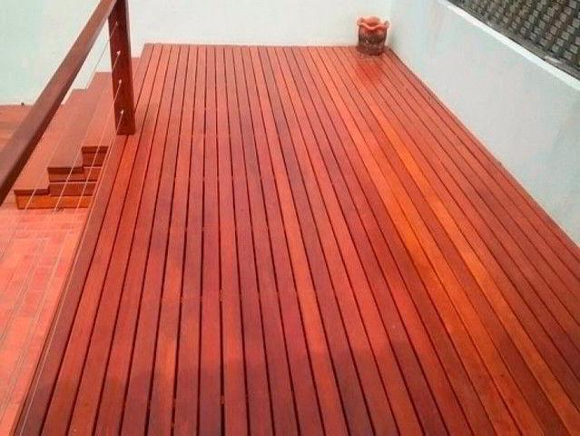 Veja a sofisticação do deck de madeira cedrinho vermelho.
