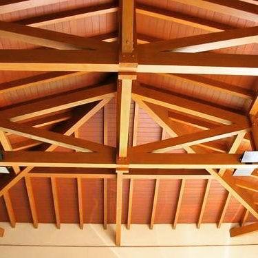 Telhado feito de madeira cupiúba, a peroba do norte.