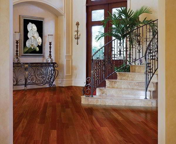 Hall de entrada elegante com assoalho de madeira mogno.
