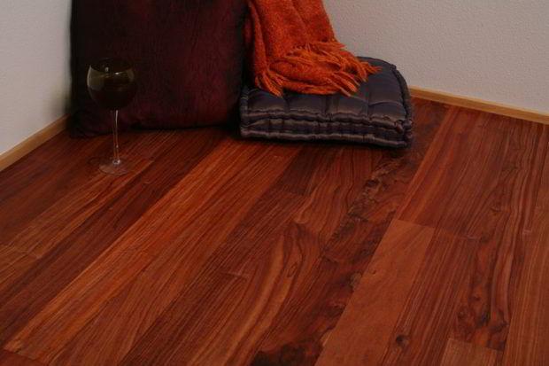 Veja como o jacarandá tem um acabamento impecável em pisos.