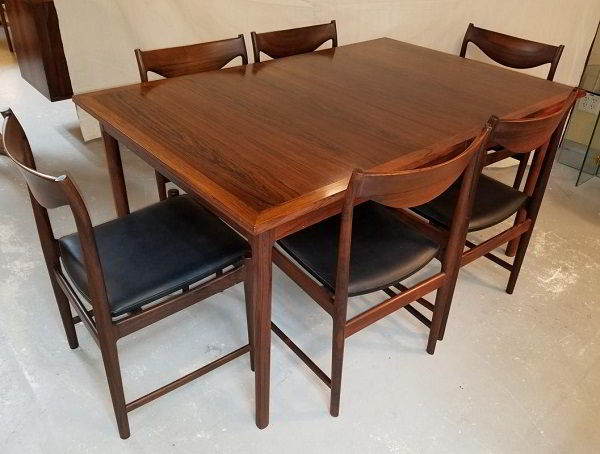 Mesa e cadeiras de jacarandá.