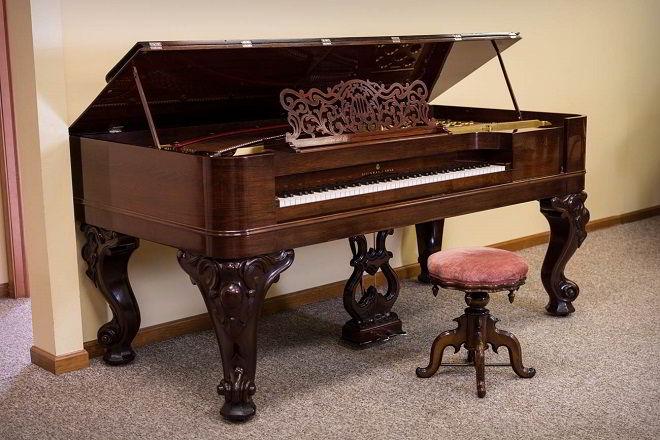 Lindo piano construído com jacarandá.