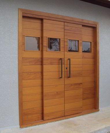 Porta de correr feita de madeira jequitibá.
