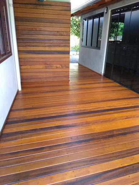 Lindo deck e painel feitos em madeira itaúba.