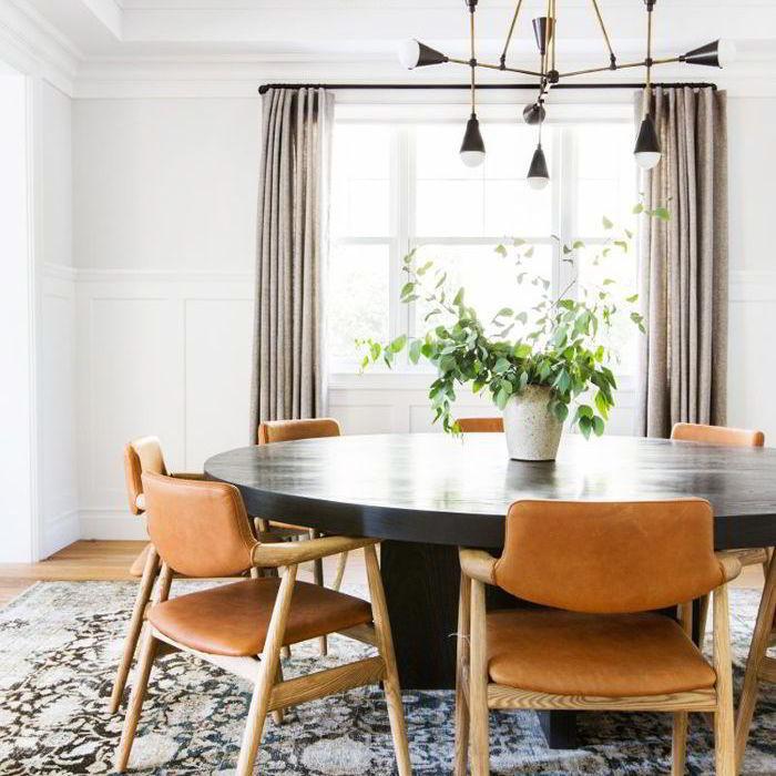 Um mix de cores de madeiras pode ser unificado com detalhes numa mesma cor.