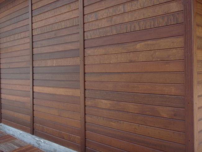 Acabamento impecável de parede feita em madeira itaúba.
