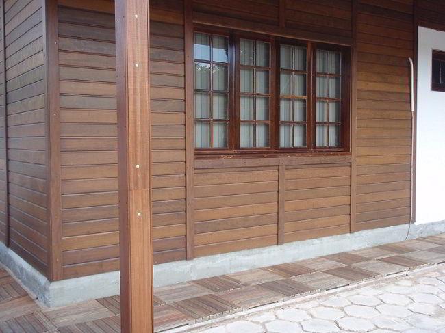 Parede feita de madeira itaúba.