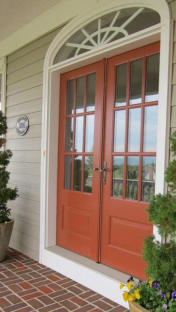 Uma porta de madeira colorida pode ser o que você precisava na sua decoração.