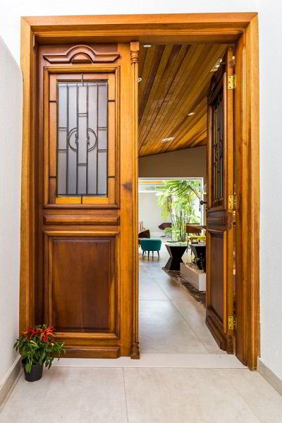 Porta de madeira maciça na entrada de uma casa.