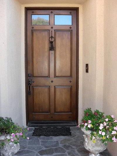 Modelo de porta de madeira maciça para ambientes externos.