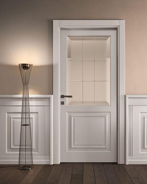 Porta de madeira branca combinando com assoalho de madeira escura.