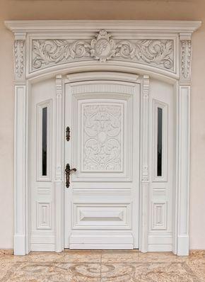 Porta de madeira branca com estilo clássico.