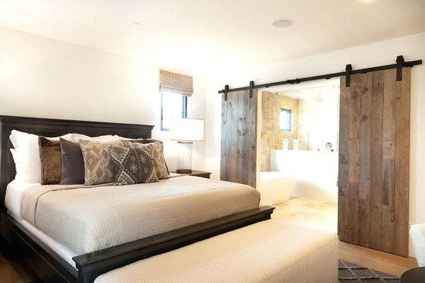 Porta de madeira de correr estilo rústico para quartos.