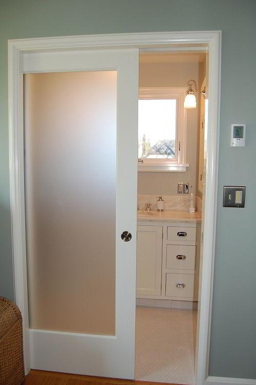 Modelos de portas de madeira com vidro fosco para banheiros.