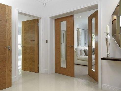 É possível combinar portas de madeira com designs diferentes no mesmo ambiente.