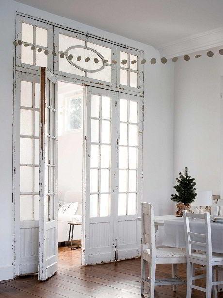 Bela porta retrô de madeira com vidro.