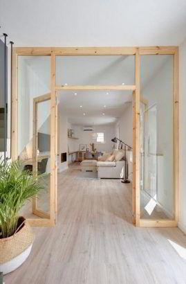 Elegante hall com porta de madeira com vidro.
