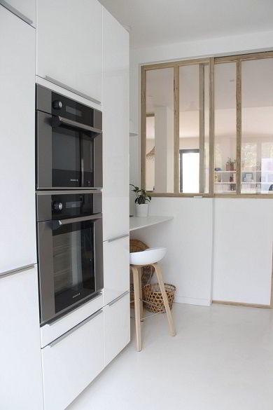 Janela da cozinha feita de madeira com vidro.