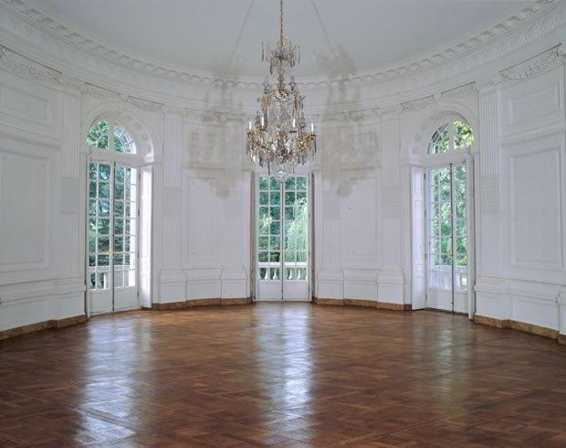 Belíssima janela branca clássica feita de madeira e vidro.