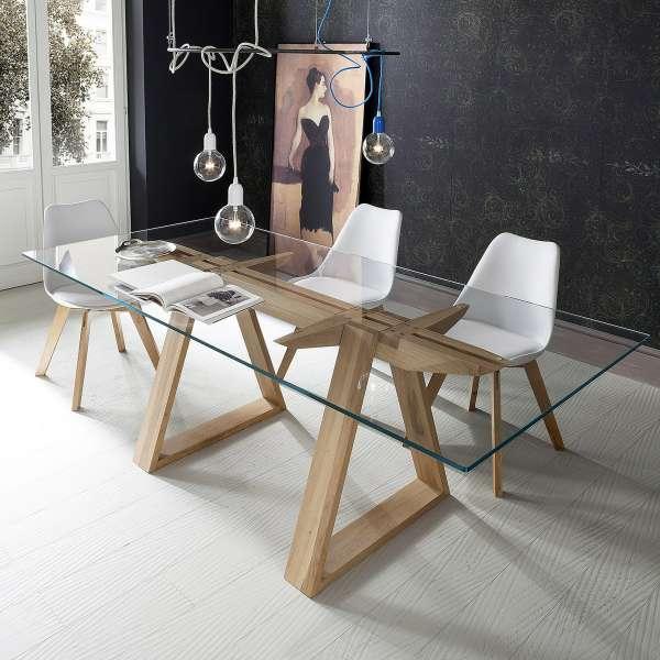 Uma moderna mesa de madeira com vidro.